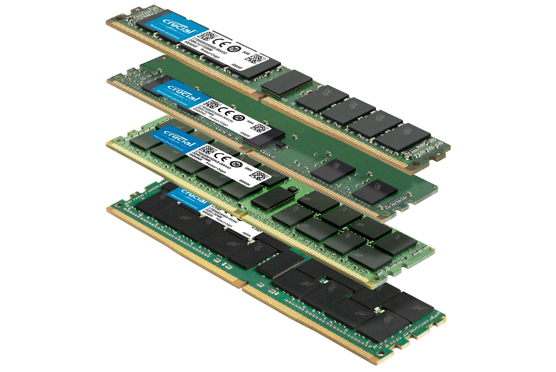 Una pila di diversi moduli di memoria RAM Crucial con differenti fattori di forma