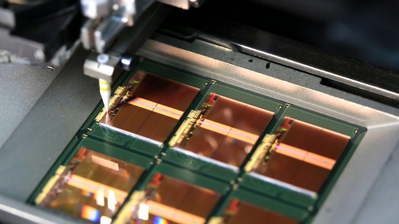 Fili sottili in oro collegano le piazzole di connessione sui chip ai telai come parte del processo di produzione della memoria