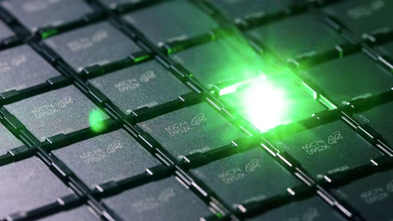 Un laser incide un codice identificativo su ciascun chip di memoria durante il processo di produzione della memoria