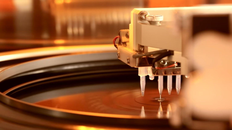 Un wafer che viene esposto al processo di fotolitografia