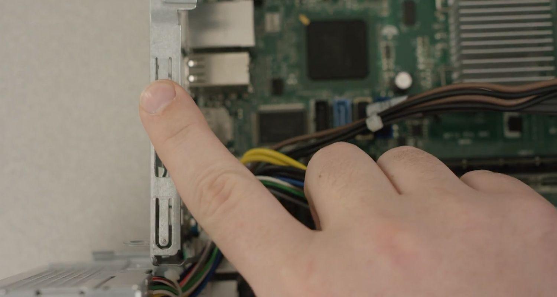Toccare con il dito su una superficie metallica non verniciata all'interno del PC per scaricare l'elettricità statica