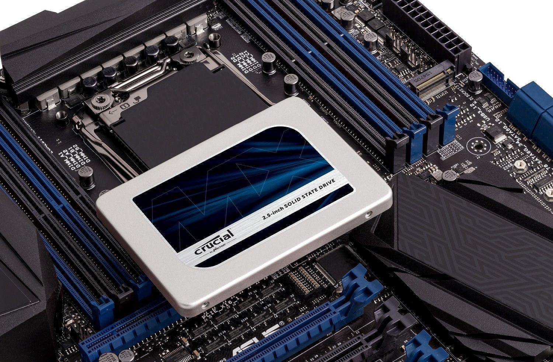 Un SSD Crucial posizionato sopra una scheda madre