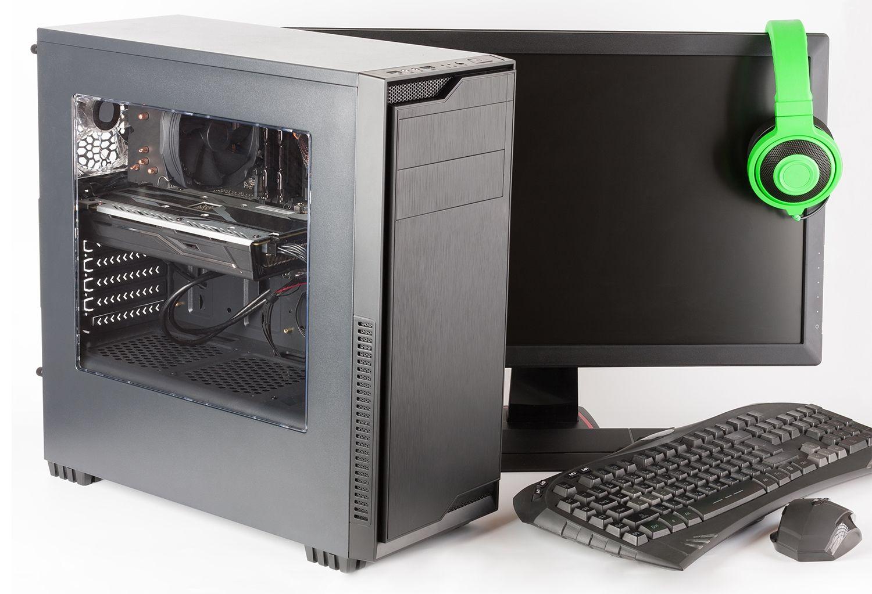 Computer da gaming con monitor, tastiera, mouse e cuffie da gaming