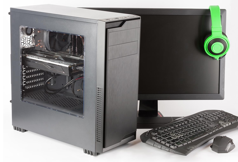 Computer da gaming con monitor e cuffie.