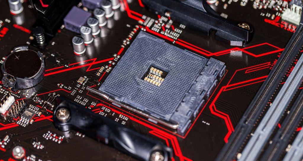 Un'immagine ravvicinata di una CPU e di una scheda madre.