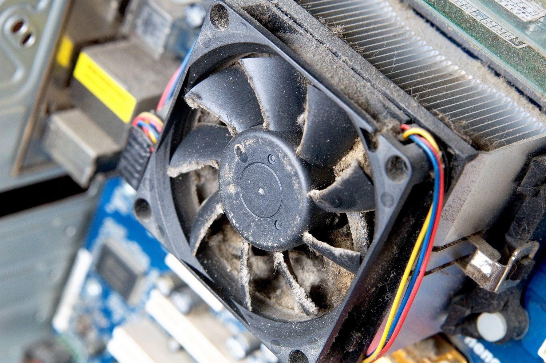Una ventola del computer sporca e polverosa