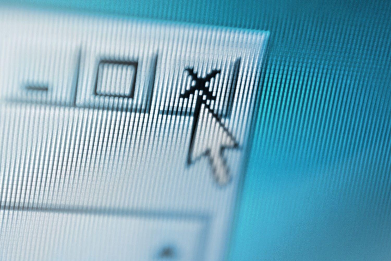 Chiusura di una schermata del computer quando il puntatore del mouse chiude una finestra pop-up sospetta.