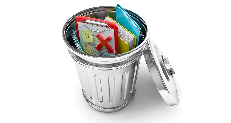 Un cestino aperto che contiene i documenti e i file dati eliminati, rappresentante un utente che cancella i cookies e i file internet temporanei
