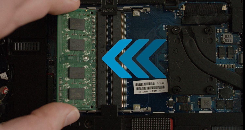 Una persona installa un modulo RAM Crucial in un portatile