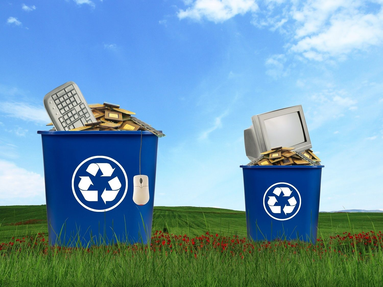 I componenti dei computer, inclusi monitor, mouse, tastiere e CPU, vengono smaltiti all'interno di contenitori di riciclaggio