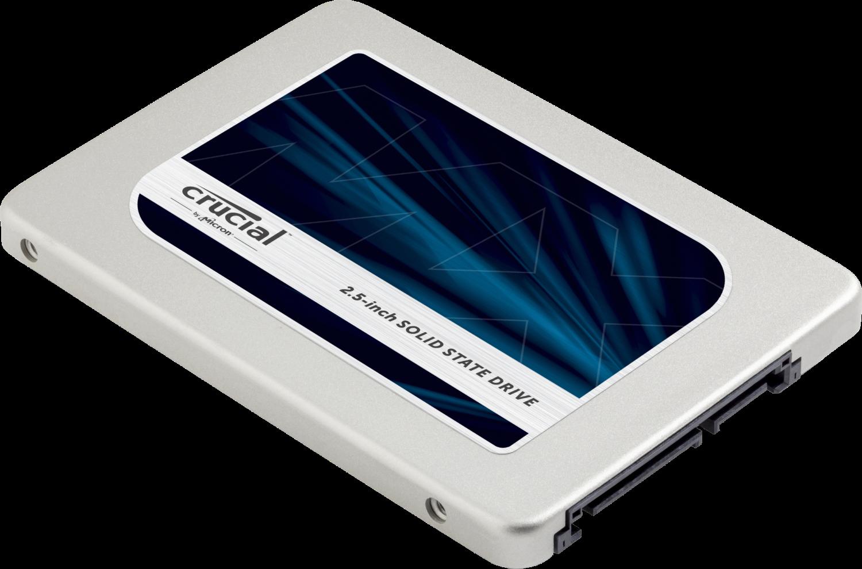 Un'unità a stato solido Crucial (SSD) per computer isolata su sfondo bianco